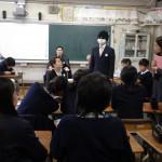 いきなりの変装(変装しているのは峯司法書士)に、生徒からは笑い声も。